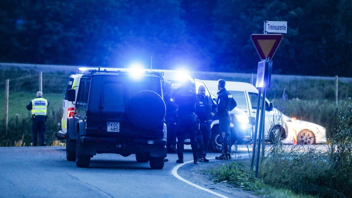 Poliiseja tiellä E12 Hämeenkyrön ja Ikaalisten välillä 25. elokuuta. Poliisi otti kiinni kaksi henkilöä Tampereen seudulla tapahtuneen takaa-ajon päätteeksi.