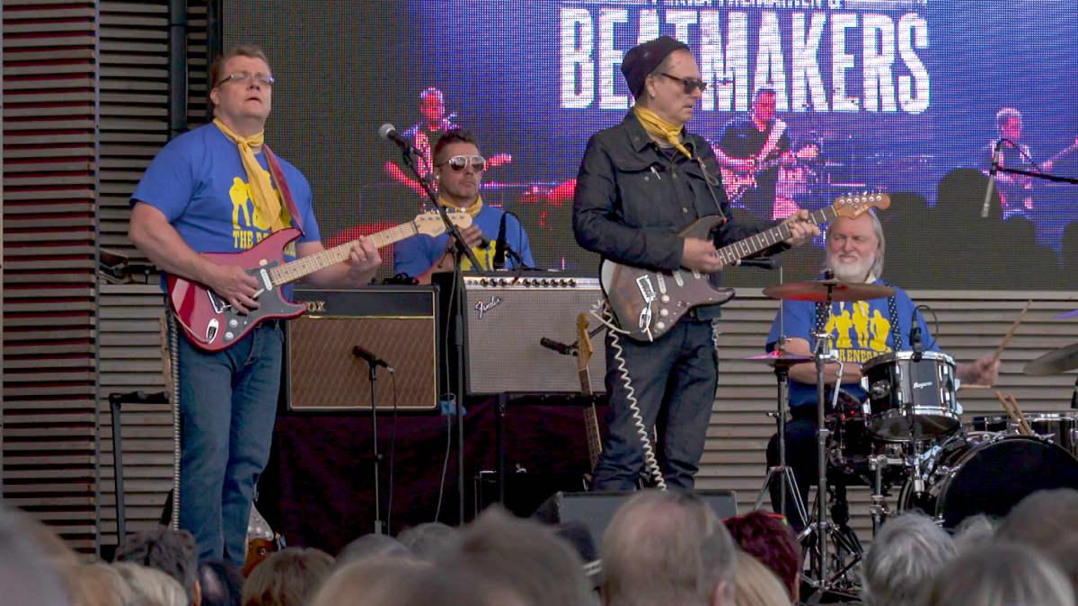 The Renegades Revisited feat. Graham Johnson Linnanmäen Estradi-näyttämöllä 3.8. 2019 (v-o: Juha Heinonen: soolokitara, Mikko Lund: perkussiot,  Esa Kuloniemi: sähkökitara, Graham Johnson: rummut.) Peruskokoonpano oik. Pekka Tiilikainen & The Beatmakers.
