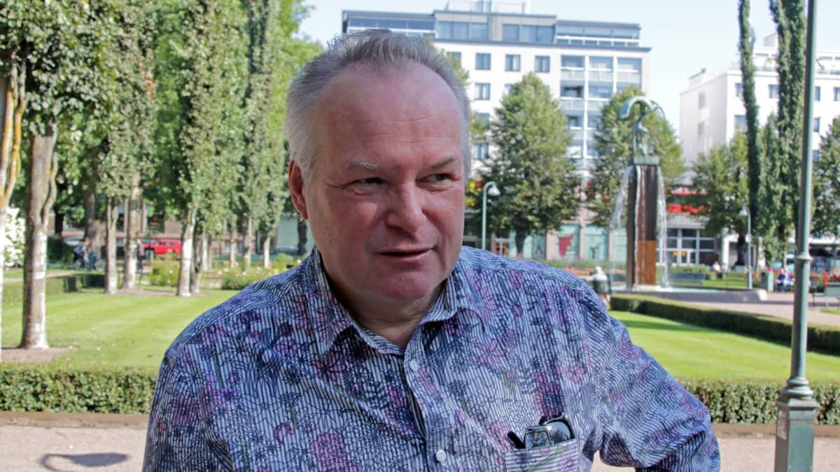 Kuvanveistäjä Markku Hirvelä