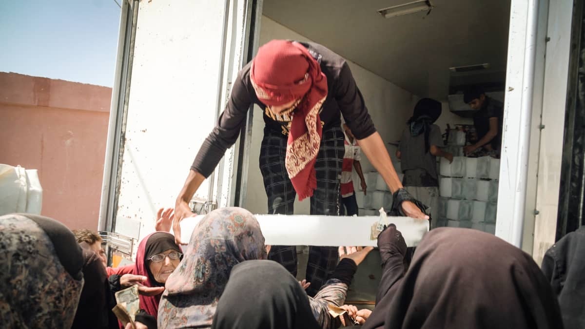 Jäälohkareita myydään al-Holin leirissä Syyriassa