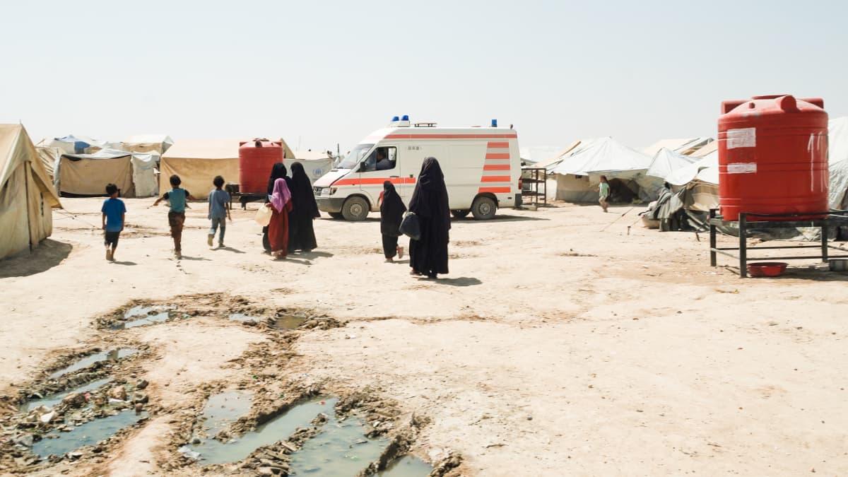 Naisia ja lapsia al-Holin leirissä Syyriassa