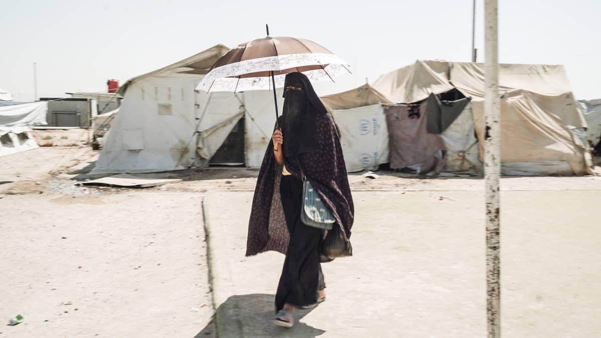 Nainen al-Holin leirissä Syyriassa