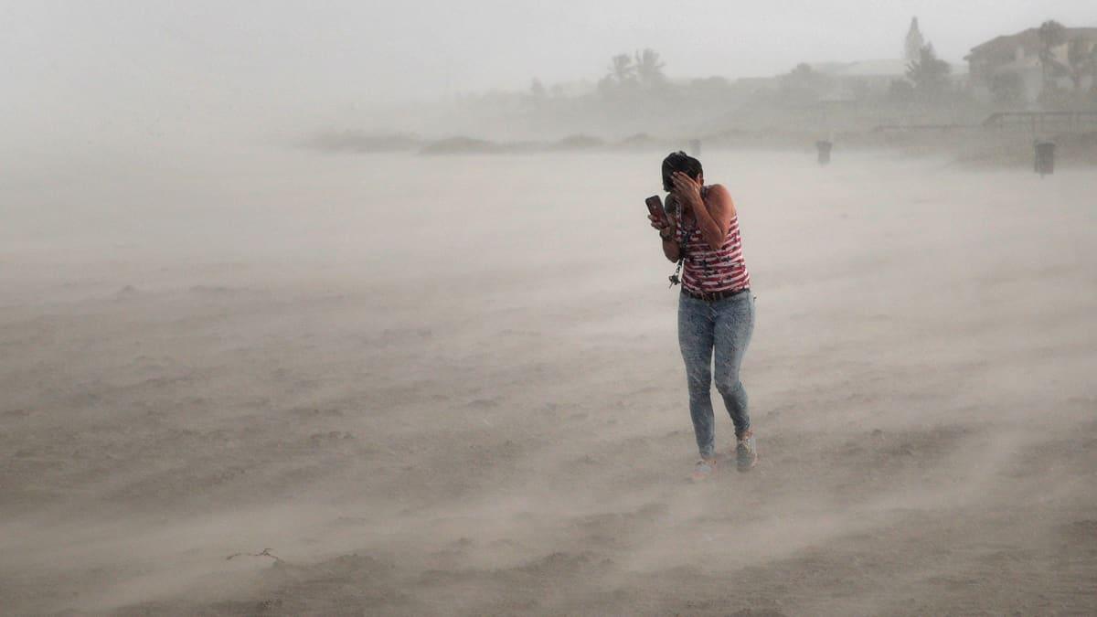 Nainen yritti suojautua Dorian-myrskyn tuulilta Cocoa Beach -kaupungin rannalla Floridassa 2. syyskuuta.