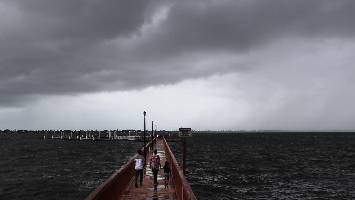 Ihmiset seurasivat lähestyvää Dorian myrskyä Stuartin kaupungin rannalla Floridassa 2. syyskuuta.
