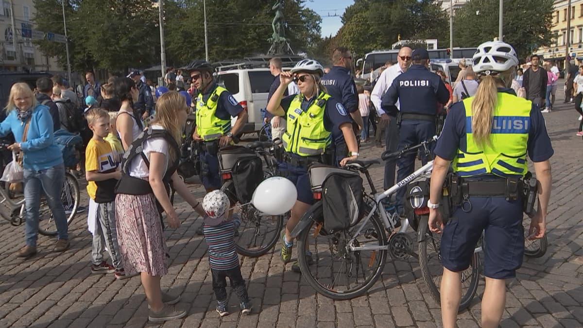 Poliisipäivä Kauppatorilla Helsingissä.