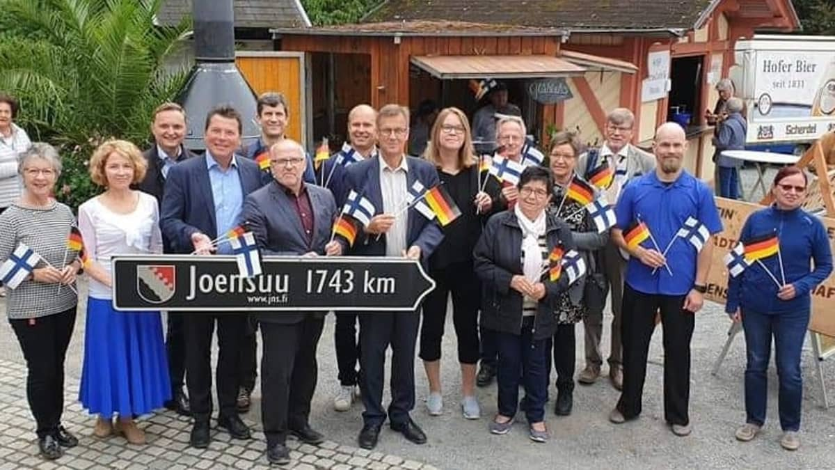 Joensuun ja Hofin väliseen ystävyyskaupunkityöhön osallistuvia ihmisiä Hofissa.