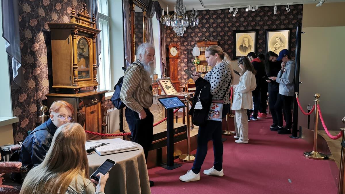 Museovieraita tutustumassa Milavidan Nottbeck-perusnäyttelyyn