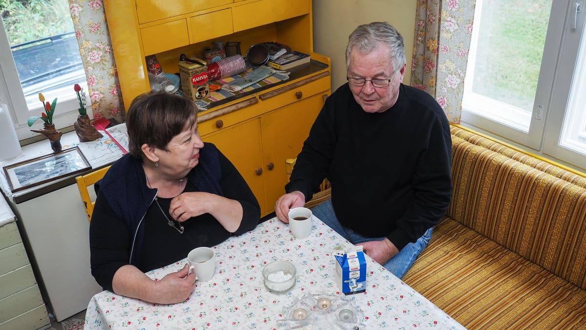Leena ja Ismo Kilpeläinen istuvat kahvipyödän ääressä.