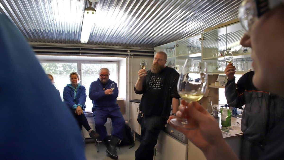 Viinituotannon ammattitutkinnon hiilihapollisten alkoholijuomien kurssilaiset maistelevat siidereitä Lepaalla.