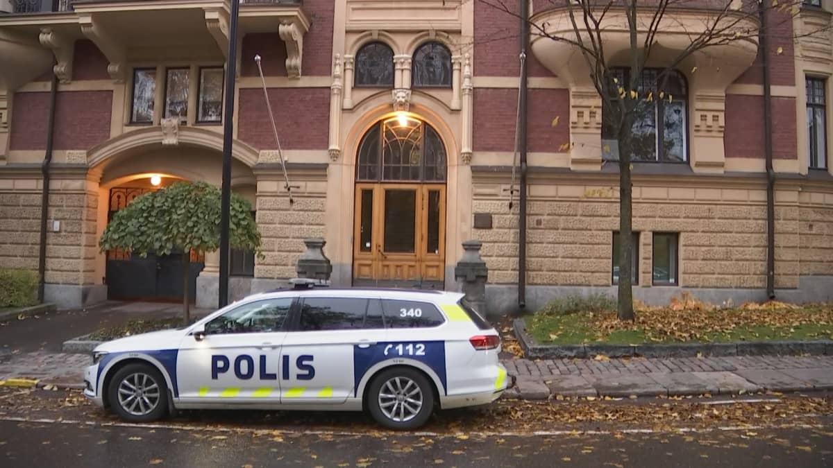 Poliisiauto Turkin suurlähetystön edessä.