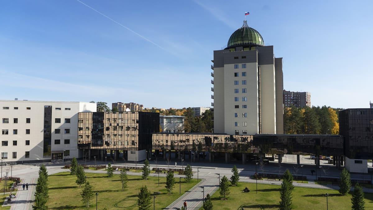 Novosibirskin valtionyliopiston uuden rakennuksen kupoli kohoaa 63 metrin korkeuteen. Sinne pääsee ihailemaan maisemia noin viiden euron hintaisella pääsylipulla.