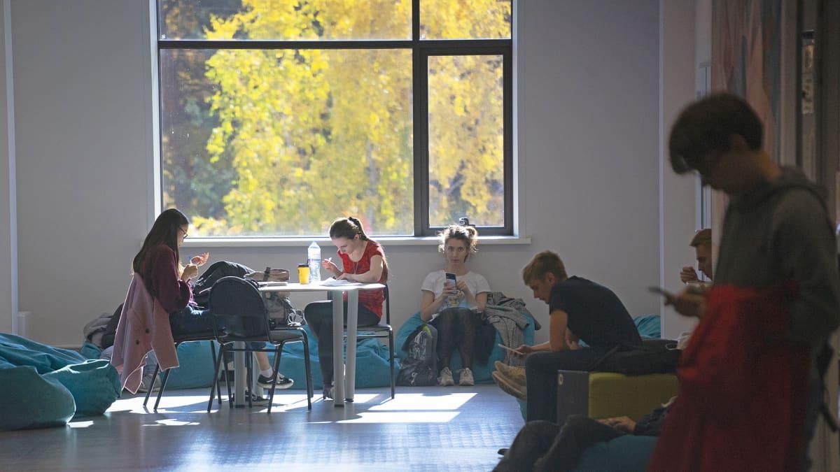 Matemaattinen tiedekunta on Novosibirskin valtionyliopiston suurin. Siellä aloittaa vuosittain opintonsa noin 300 matematiikan opiskelijaa.
