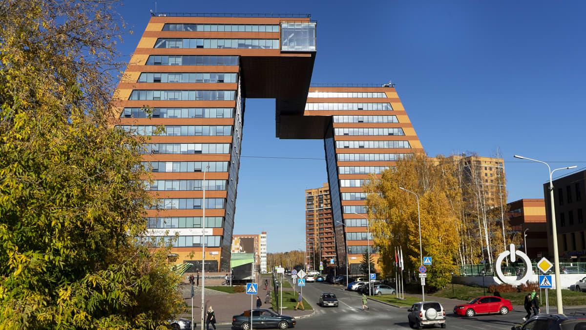 Akademgorodokin uutta nousua symboloi erikoisen holvikaaren muodostava toimistorakennus, joka on osa tiedekaupungin yhteyteen rakennettua yrityspuistoa.