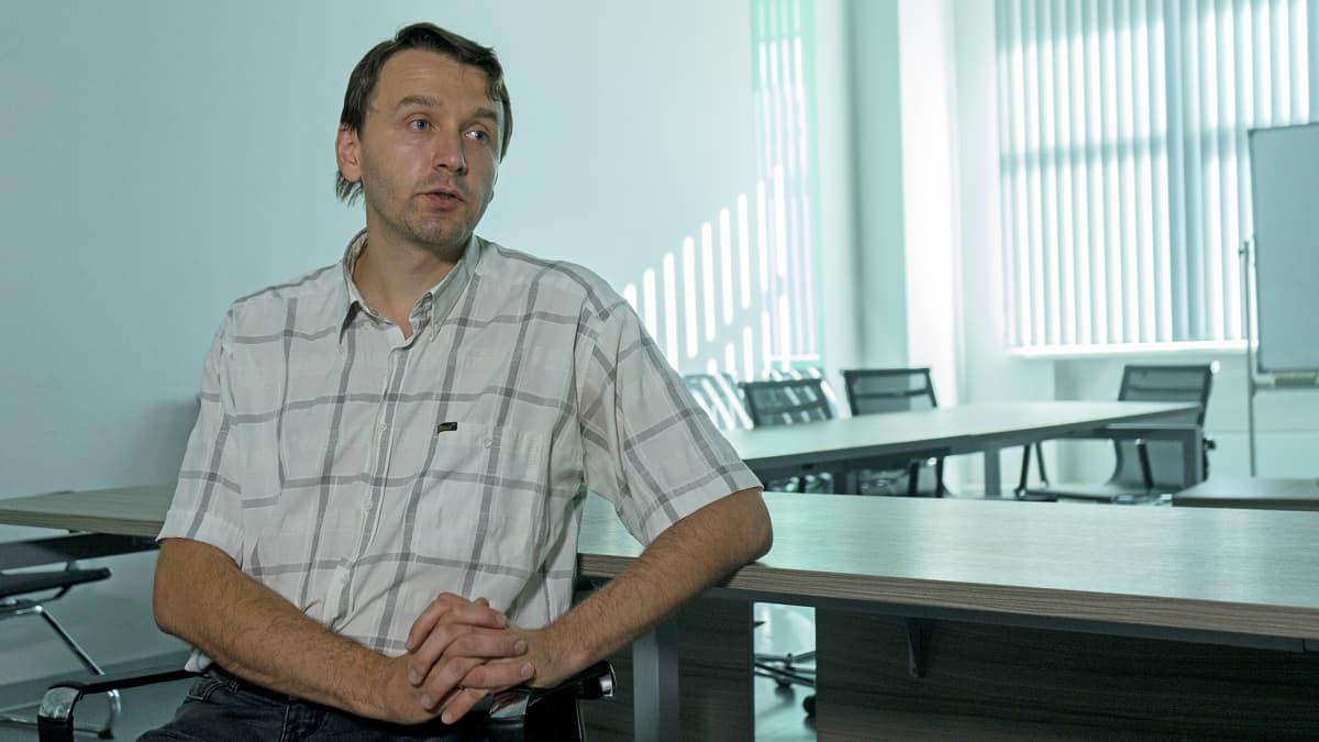 Pavel Kolesnikov valmistui Novosibirskin valtionyliopistosta vuosituhannen vaihteessa ja toimii siellä nyt matematiikan professorina.