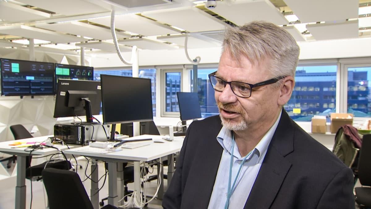 Ylen jakeluteknologiasta vastaava Olli Sipilä.