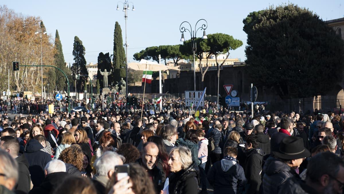 Ihmiset osallistuivat mielenosoitukseen Roomassa.