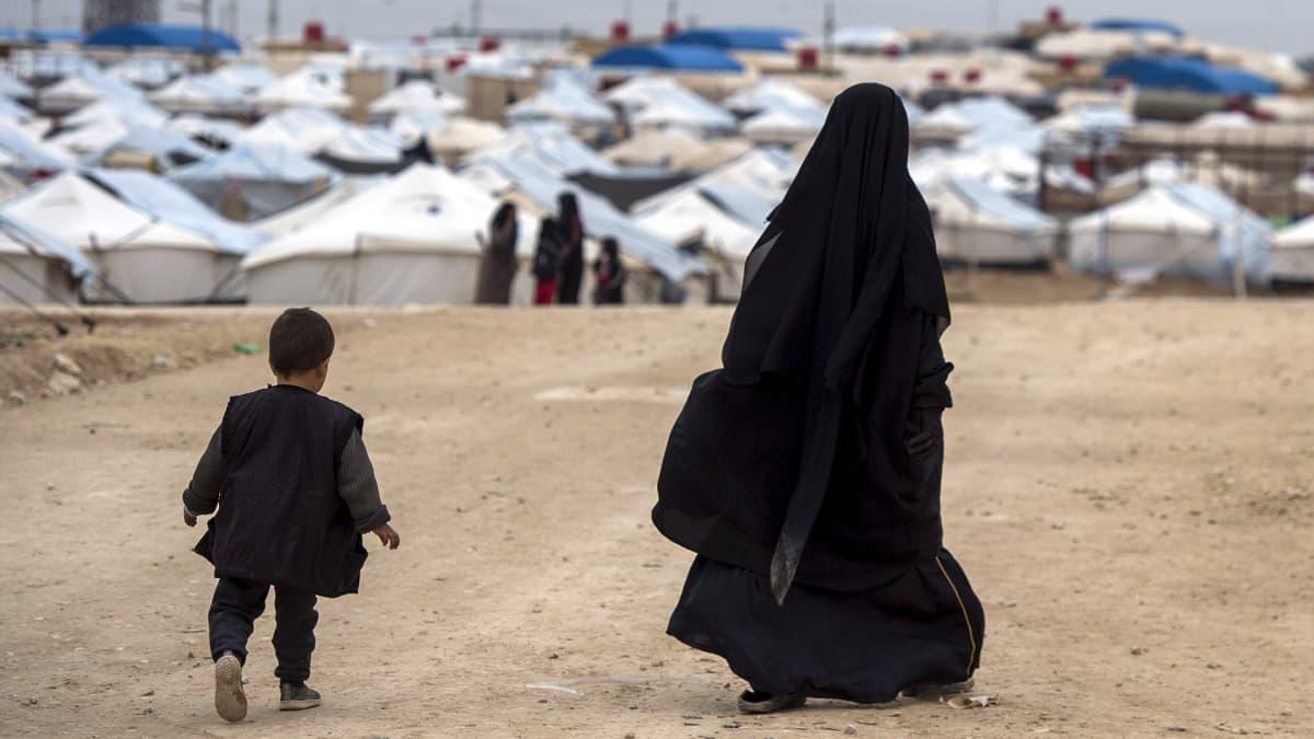 Tuntematon nainen ja lapsi kuvattuna al-Holin leirillä Syyriassa helmikuussa 2019.