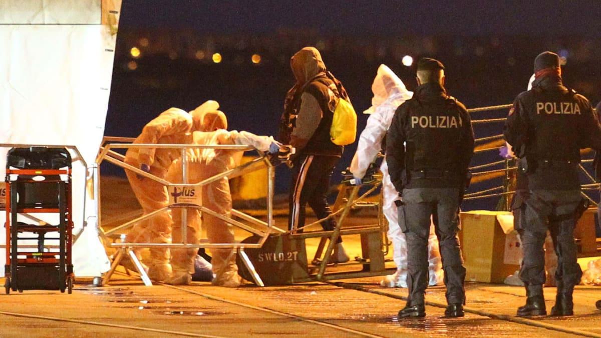 Hieman yli 160 Välimereltä pelastettua siirtolaista on noussut maihin italialaisessa Taranton satamakaupungissa