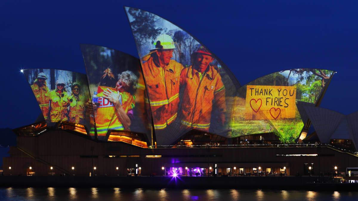 Kuvia heijastettuna Sydneyn oopperatalon seinään.