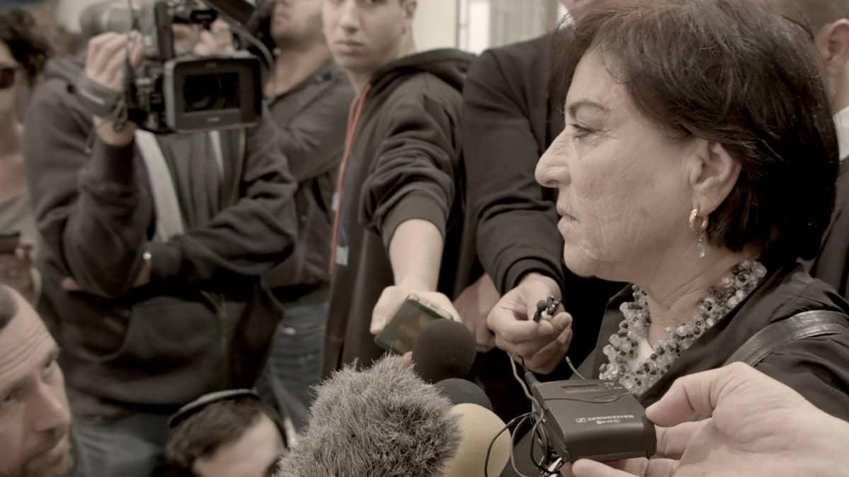 Advocate elokuva , nainen haastattelussa
