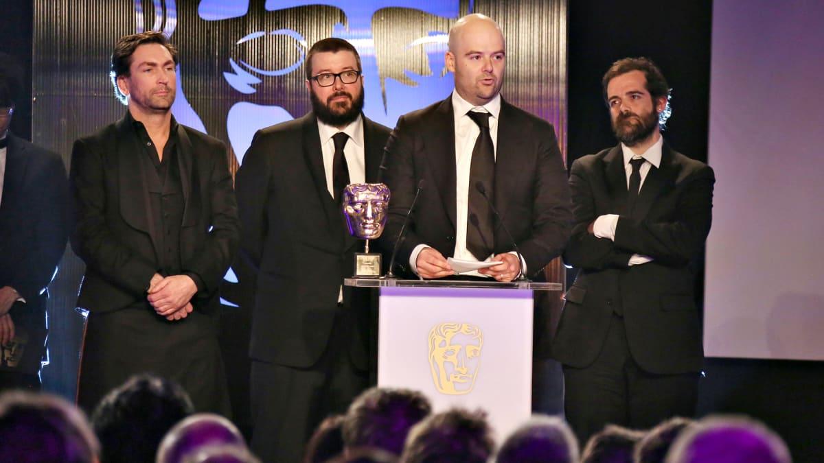 Rockstar Games -peliyhtiön edustajia brittien peligaalan palkintotilaisuudessa maaliskuussa 2014. Kuvassa oikealla olevat veljekset, Dan (toinen oikealta) ja Sam Houser, perustivat yhtiön.