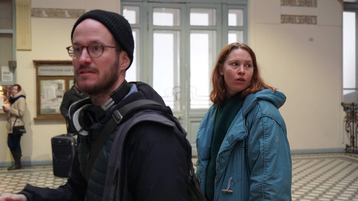 Juho Kuosmanen Hytti nro 6 -elokuvan kuvauksissa.