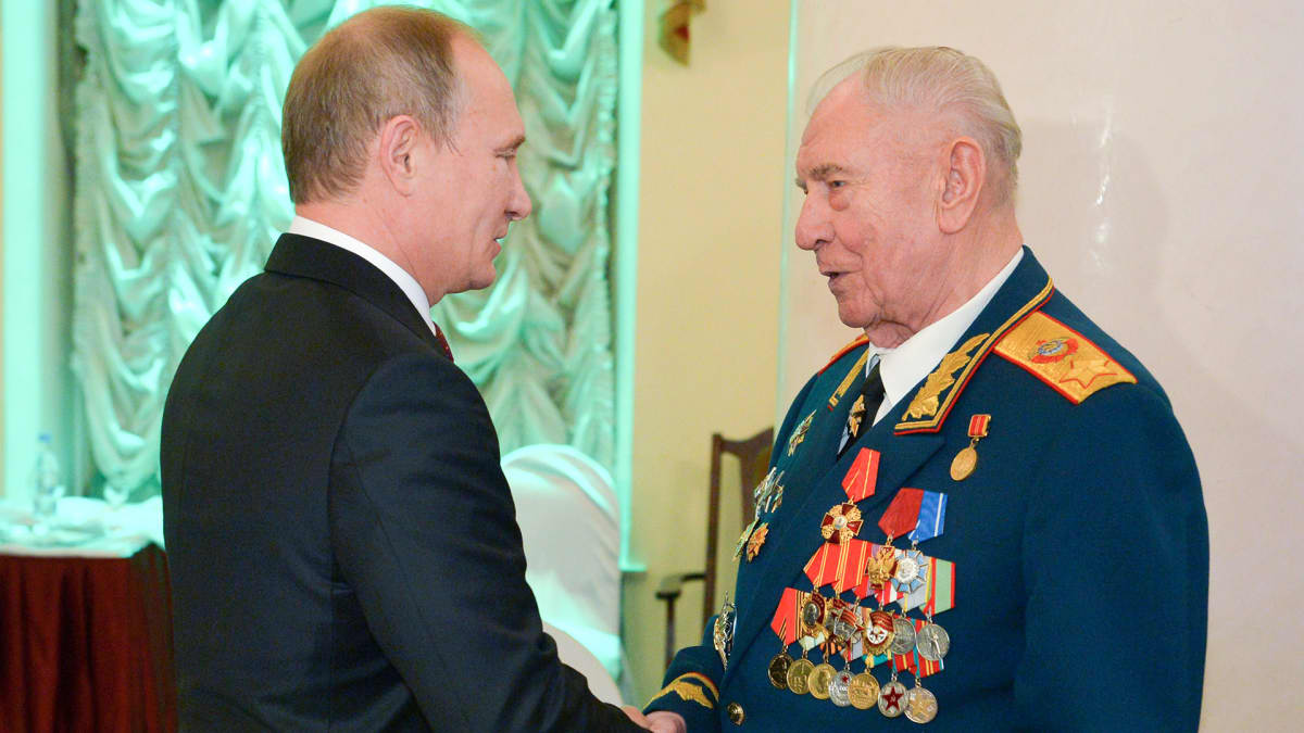 Vladimir Putin kättelee Dmitri Jazovia 2014.