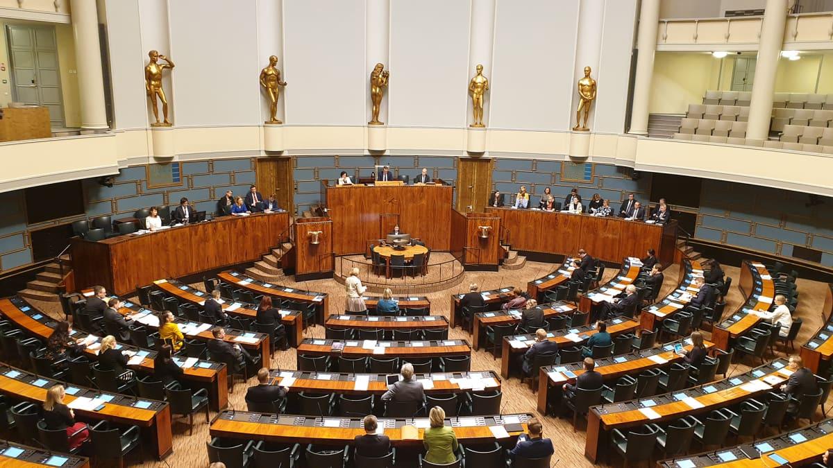 Eduskunta poikkeuksellisesti järjestäytynyt virkamiesaitioon ja ministeriaitoon koronaviruksen takia.