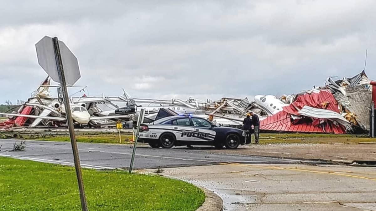 Myrskyn aiheuttamaa tuhoa Lousiananan Monroessa.