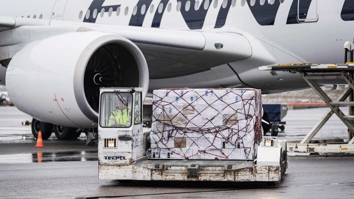 Finnairin kone toi Kiinasta tilattuja suojavarusteita Helsinki-Vantaan lentoasemalle 15. huhtikuuta.