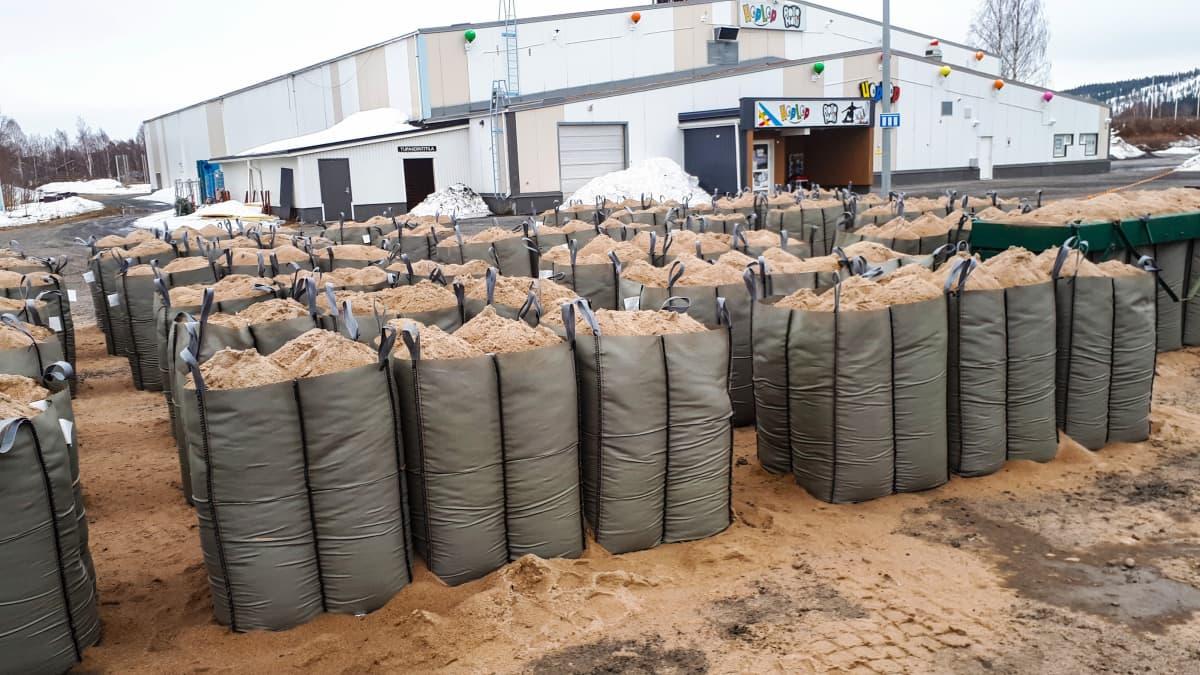 Lapin pelastuslaitos on säkittänyt hiekkaa valmiiksi ison tulvan varalle.