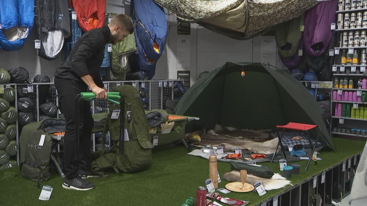 XXL Suomen toimitusjohtaja Pasi Lämpsä asettelee esille suosittuja retkeilytuotteita.