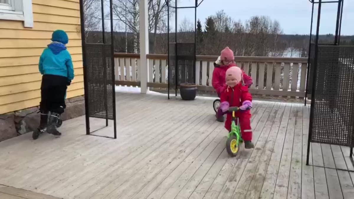 Lapset ajavat pyörällä