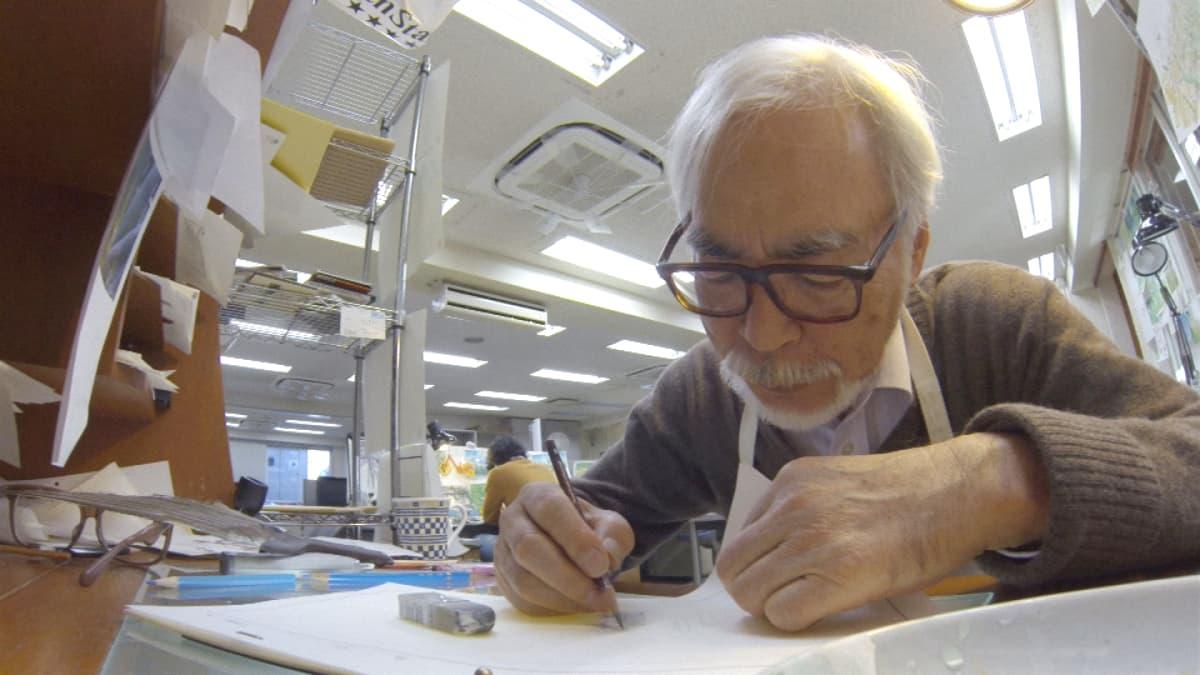 Elokuvaohjaaja Hayao Miyazaki piirtää. Kuva vuodelta 2018.