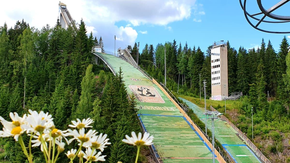 Matti Nykäsen hyppyrimäki Laajavuoren huipulla heinäkuussa 2020.