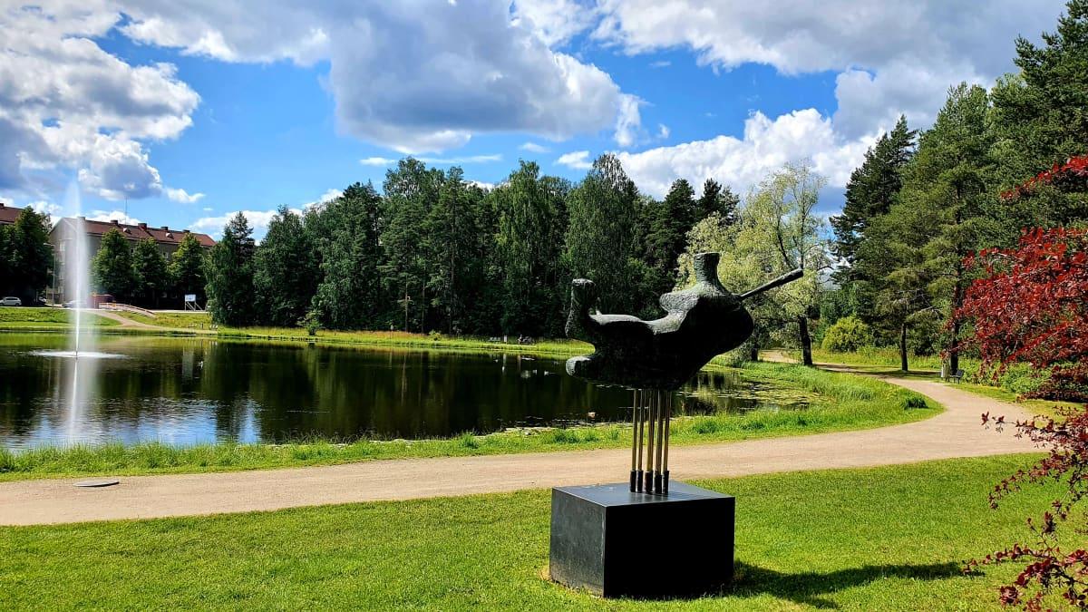 Kari Juvan taideteos Pesäpalloilija Köyhälammen rannalla Hippoksen liikuntapuistossa.