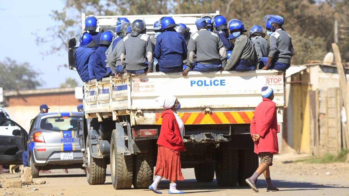 Poliiseja kuorma-auton lavalla.