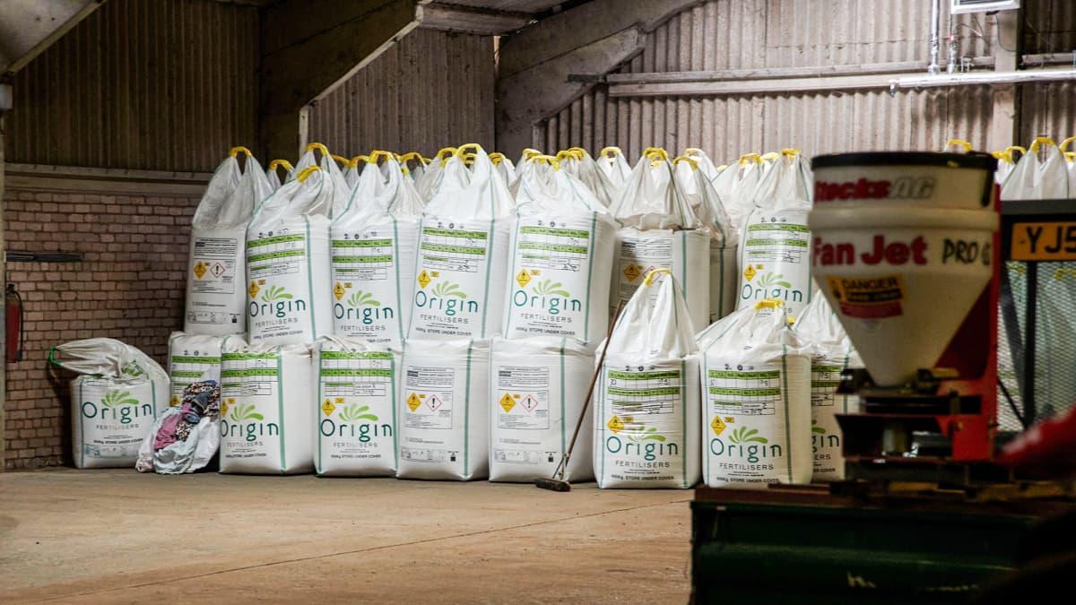 Skotlannissa maatalon ladossa säilössä maanviljelyyn tarkoitettua ammoniumnitraattisäkkejä.