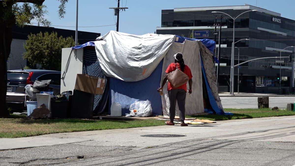 nainen teltan edessä