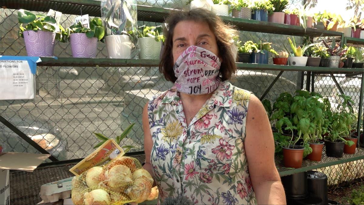 nainen jolla kasvoillaan maski