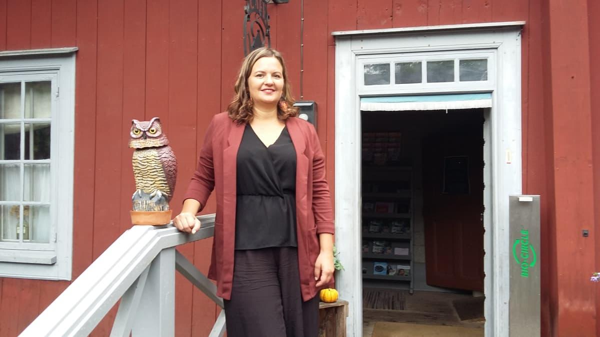 Elina Rantanen lähikuvassa Turun Apteekkimuseon portailla.