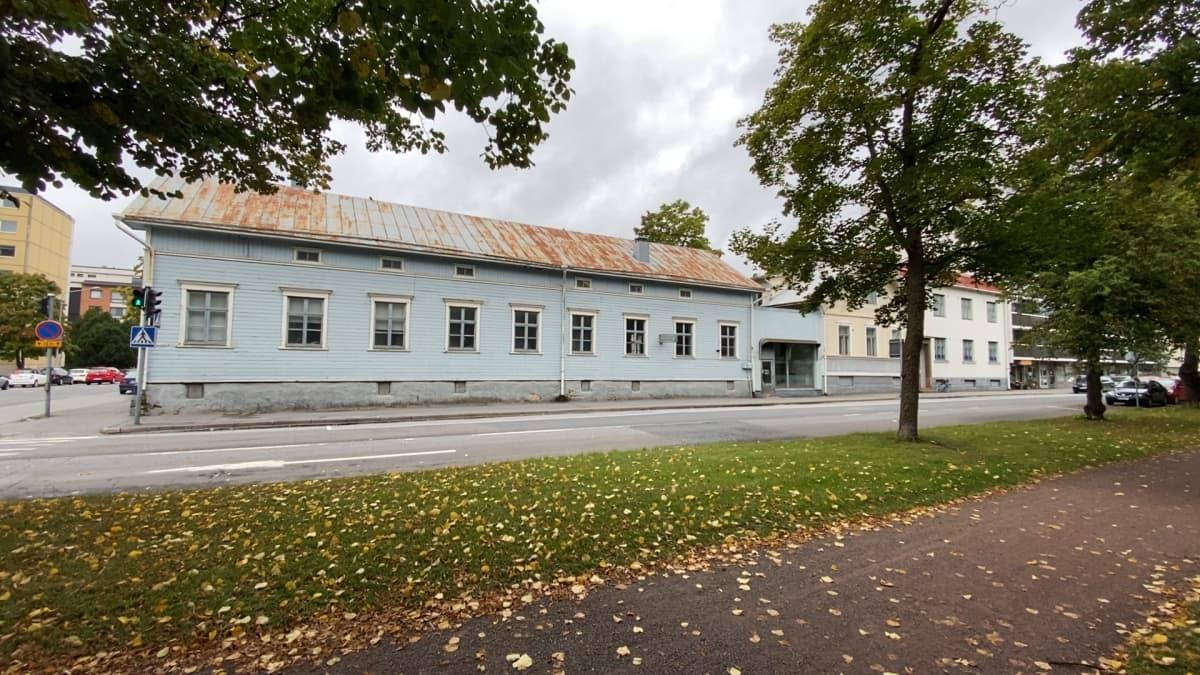 Entinen Mustikan rakennus kuvattuna Porin Eteläpuistosta. Tilalle tulee ruotsalainen kulttuurikampus.