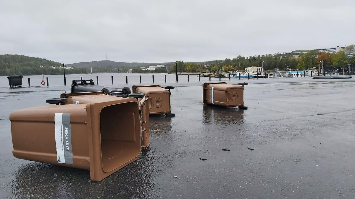 Jyväskylän Lutakonaukiolla Aila-myrsky keikautti roskiksia