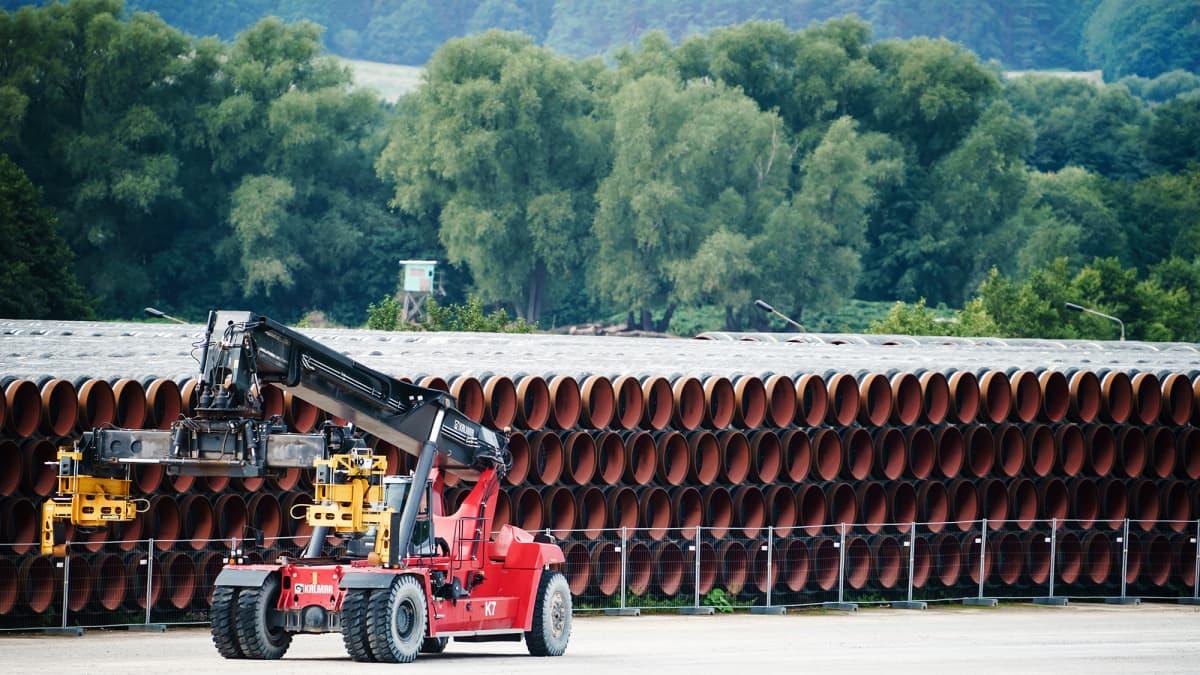 Kuvassa on putkia Mukranin satamassa Saksassa.