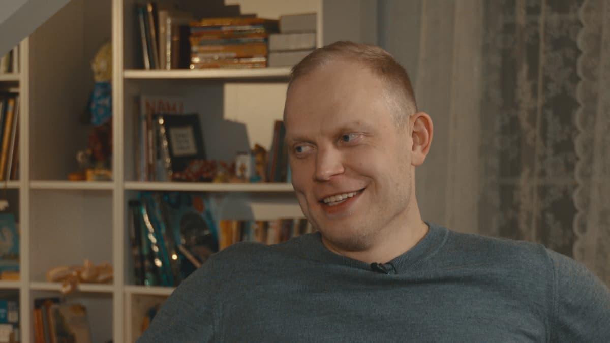 Pekka Koskela hymyilee