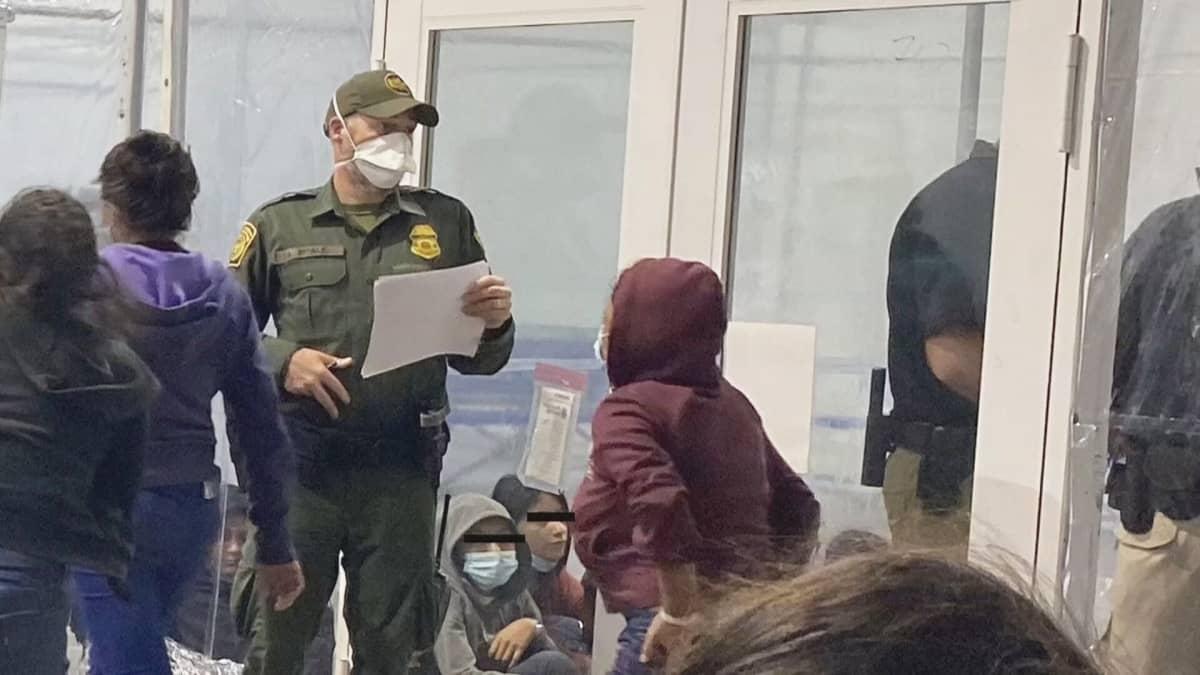Lapsia siirtolaiskeskuksessa Meksikon rajalla