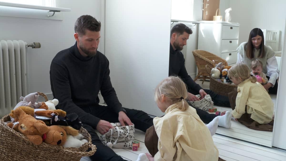 Joona Toivio lastensa kanssa