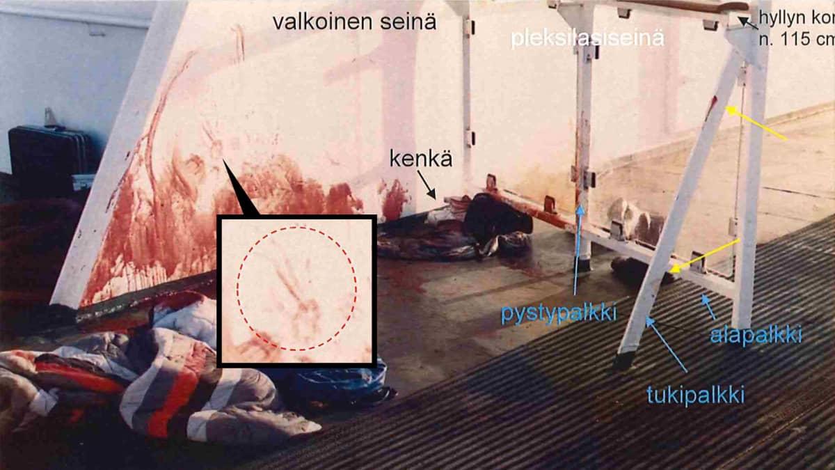 Vanha valokuva hyvin verisestä nurkasta laivan kannella. Kuvan päällä on poliisien merkintöjä.