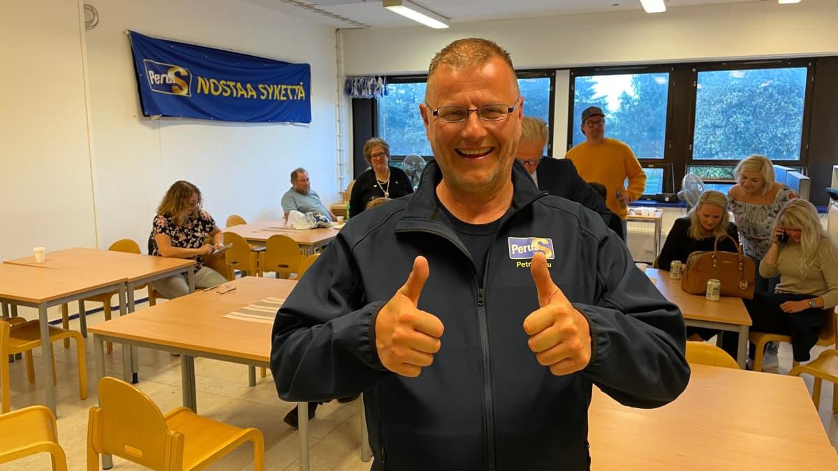 Petri Huru (ps.) iloitsi vaalituloksesta kuntavaaleissa 2021.