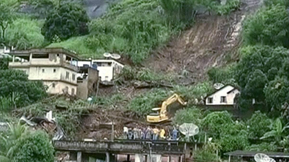 Pelastustyöntekijät raivaavat maanvyöryn jälkiä.